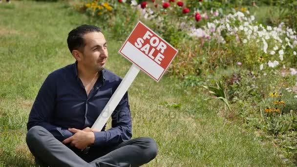 Muž drží znak lepenky, reklama prodej
