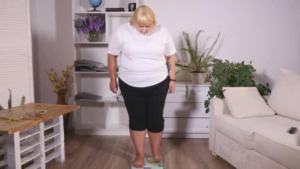 kövér nő áll a mérleg