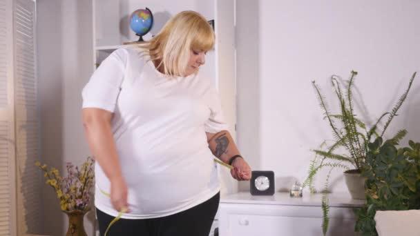 tlustá žena měří v pase a je smutné