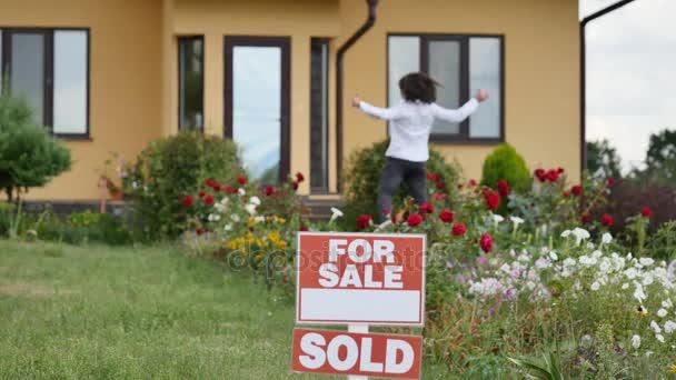 Boldog asszony, az új ház előtt