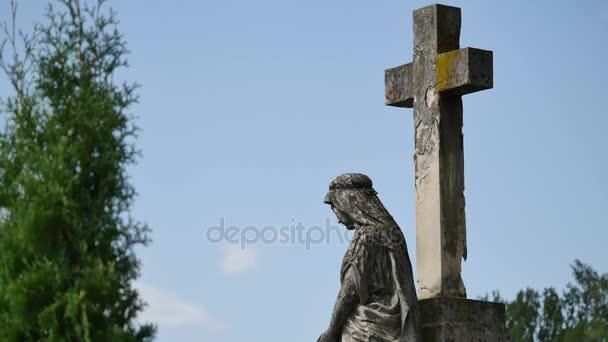 Kamenný kříž na Starém hřbitově. Dark Gothic hřbitov. Mraky nad zanedbaném hřbitově. Staré hroby během první světové války. Církve mezi hroby zarostlé