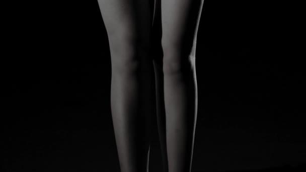 černá a bílá silueta mladých, sportovní a sexy ženy v prádle