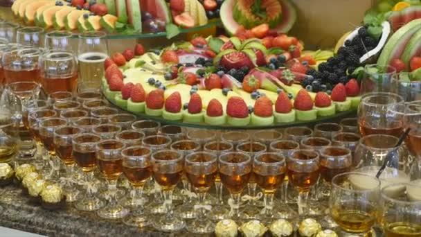 Buntes Hochzeitsbuffet mit tropischen Früchten