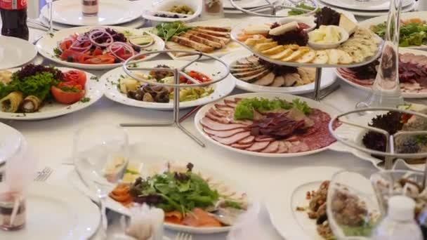 Stůl plný jídla. Stoly v restauraci podává