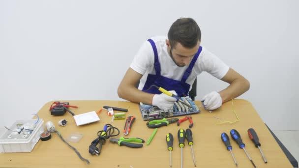 Maschio elettricista che lavora su Fusebox con cacciavite