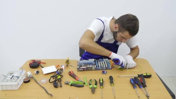 In der Werkstatt-Elektriker mit Drahtschneider schneiden Sie ein ...