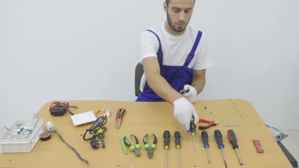 Elektrikář opraví plug Socket