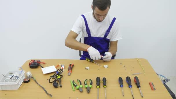 Elektriker repariert den Stecker für die Steckdose — Stockvideo ...