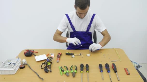 Un elettricista ripara la spina per la presa