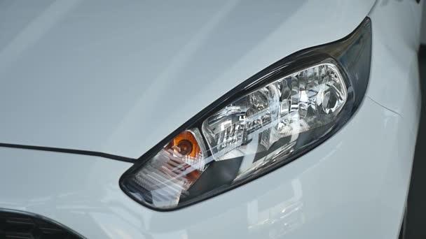 Auto blikající světla bílé auto