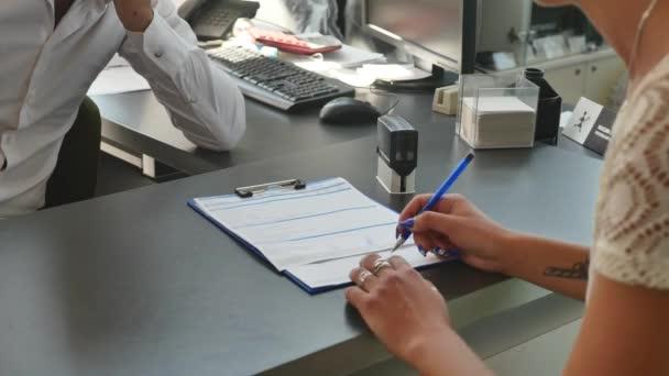 Realitní agent podepsání smlouvy s klientku