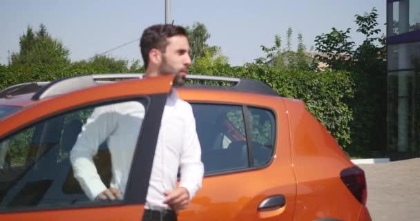 Autoservis, mladé auto manažer stojí další automobil a popisuje něco s klientku mluví mechanik a poslouchá jeho rady, čerpací stanice