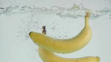 Slo pohybu banánů do vody