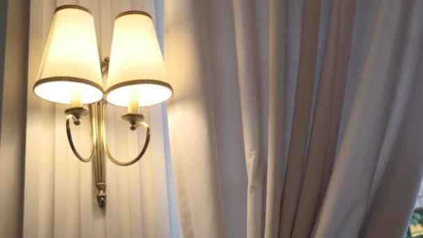 Nástěnná lampa v ložnici