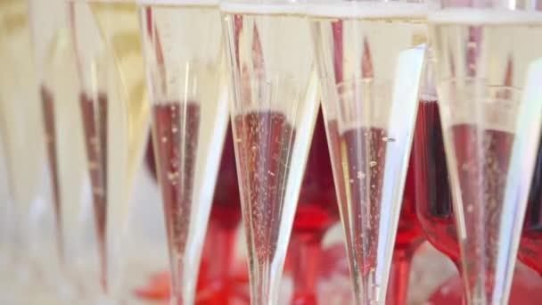 molti bicchieri di champagne sul tavolo