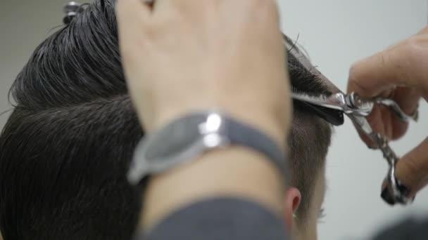 A womans fodrász teszi a haját stílus rövid haj. lassú mozgás