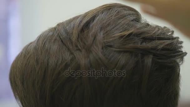 Dámská kadeřnice dělá, její vytváření účesu pro krátké vlasy. zblízka. Zpomalený pohyb