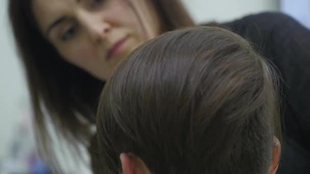 A womans fodrász teszi a haját stílus rövid haj
