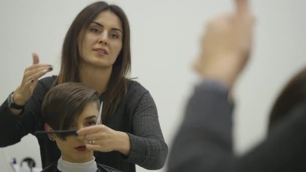 Dámská kadeřnice dělá styling vlasy na krátké vlasy
