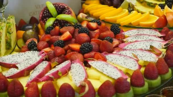 Gyönyörűen berendezett catering bankett asztal különböző ételek snack és előételek vállalati karácsonyi party esemény vagy esküvői ünnepség