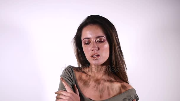 Sexy žena modelka s odhalenými rameny pózuje pro krásu portrét v pomalém pohybu je smyslný a svůdný na šedém pozadí