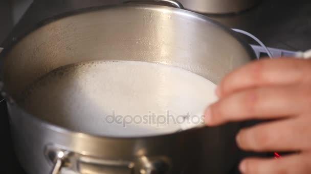Konditor kocht Sirup in einer Pfanne