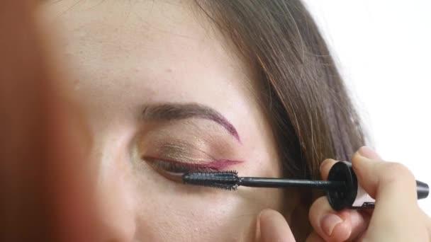 Professionelle Augen Make-up Mascara Anwendung Modell, das direkt in die Kamera schaut - Arbeit in der Schönheitsmodebranche Kosmetik backstage professionelles Make-up - Makro Nahaufnahme schönes natürliches Licht
