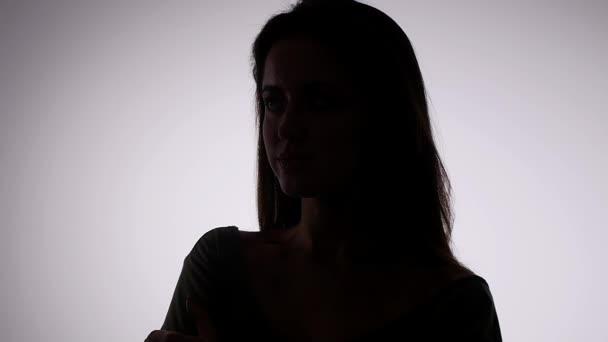 Szexi nő divat modell és csupasz válla pózoló szépség portré, lassítva a fülledt és csábító, sötét szürke háttér