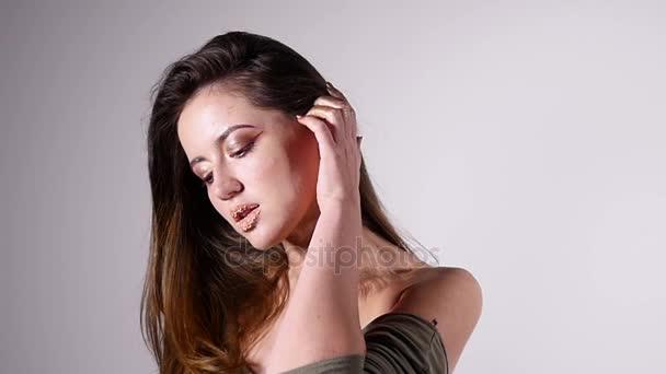 Szexi nő divat modell és csupasz válla pózoló szépség portré, lassítva a fülledt és csábító, a szürke háttér