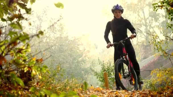 mladá žena na kole v podzimní park