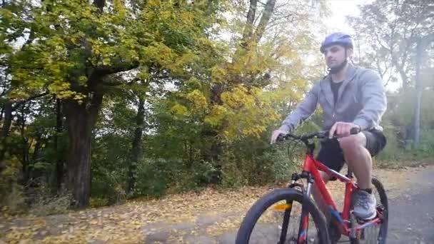 Žena a muž, jízda na kole podzimní den. Zpomalený pohyb