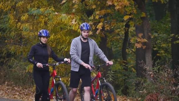 Žena a muž na koni na kole podzimní den