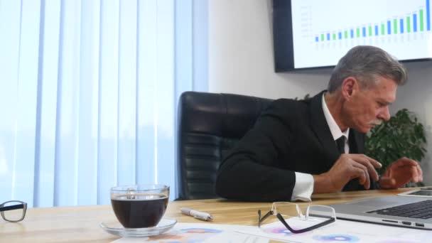 Laptop iroda elalszik fáradt üzletember