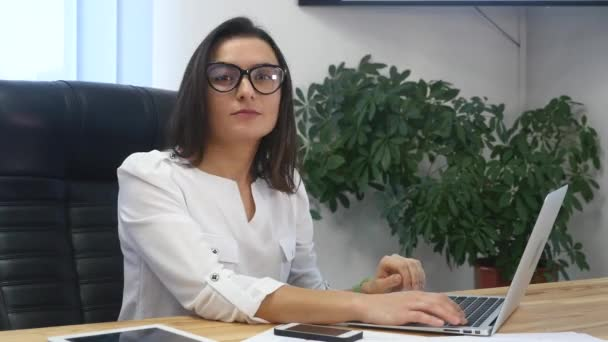 Podnikatelka v úřadu s přenosným počítačem
