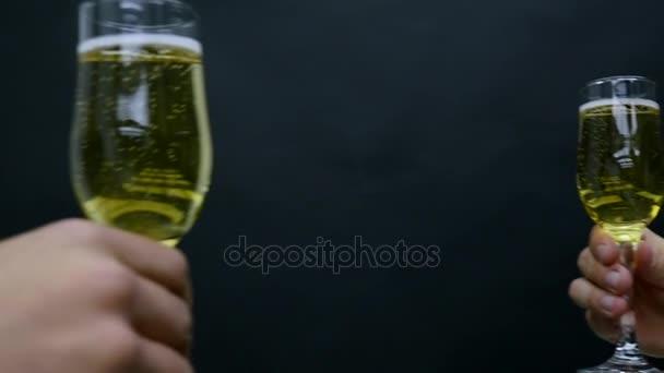 Barátai, amelyek a bor pirítás csengő poharak kifinomult vacsora fél Holiday nyaralás utazás boldog születésnapot ünnep ünnepi koncepció