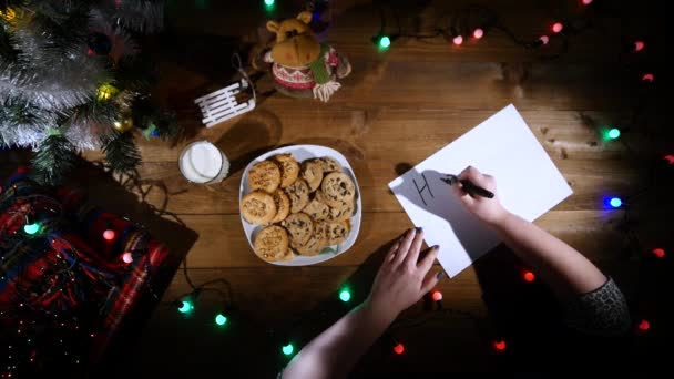 Karácsonyi és újévi háttér. A férfi kezében jegyzeteket. Szemközti nézet.