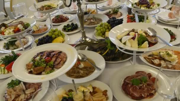 Svatební stůl s jídlem