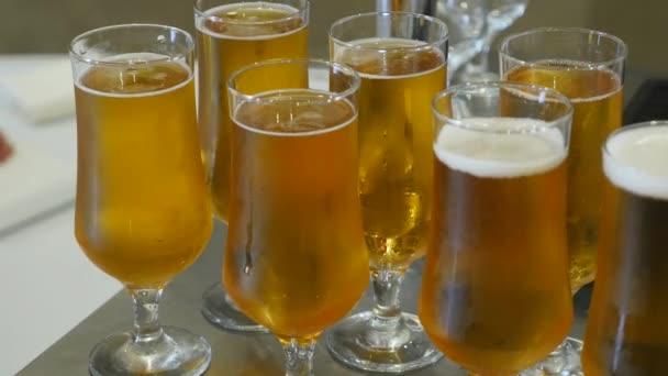 Brýle s alkoholem a různých nápojů, sklenice vína a šampaňského jsou na bufetový stůl, červené víno v brýlích, šampaňské sklo, bufet stůl s alkoholem v restauraci, boční pohled