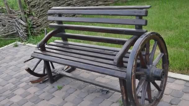 Lavička. Dřevěné. hrubé fošny a protokolů. rustikální lavice z ekologických materiálů
