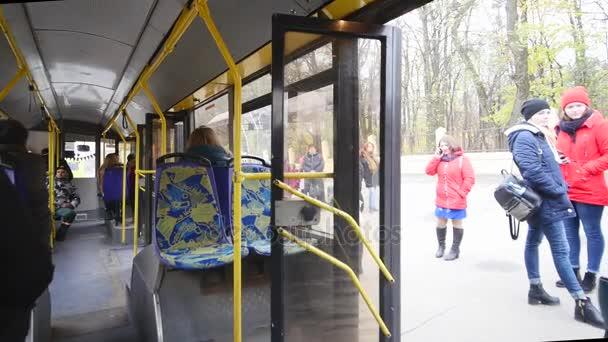 Belső megáll szerzés utasokkal tömött busz