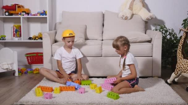Chlapec a dívka hraje barevné kousky lego