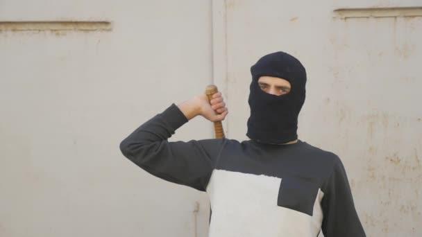 Aggressiver Maskierter mit Baseballschläger