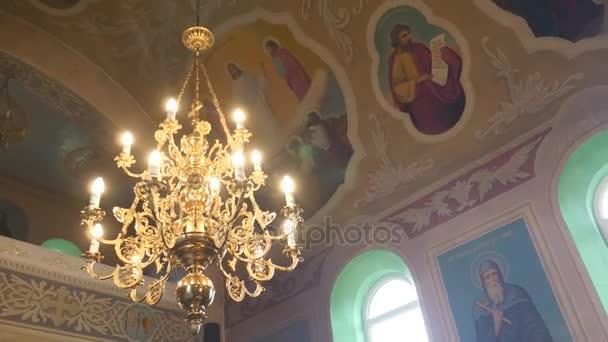 Große Bronze Kronleuchter In Christliche Kathedrale, Nahaufnahme U2014  Stockvideo