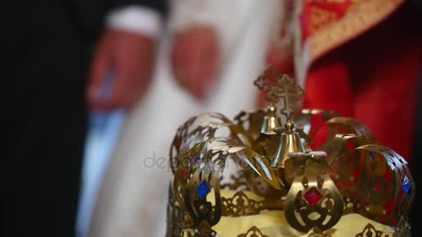 Templom attribútumok esküvő. Arany korona az oltár van. Pap attribútumai. A templom belső