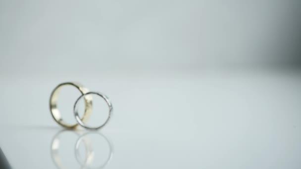 snubní prsteny na bílém pozadí