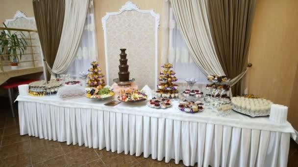 schön dekorierte Catering-Banketttisch mit verschiedenen Speisen auf Firmen-Weihnachtsgeburtstag oder Hochzeitsfeier