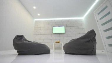 Moderní obývací pokoj s Tv a dvě židle bag
