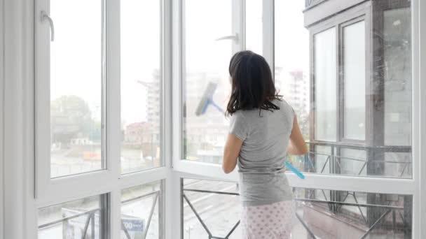 ženy čištění okno