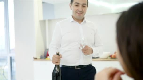 Man gießt zwei Gläser Champagner zu feiern Einzug in neues Zuhause mit Freundin