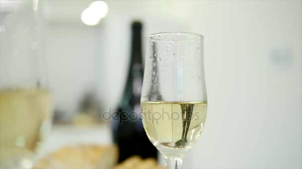 Mladí manželé si romantickou večeři s champagne. Romantická představa. zblízka. Selektivní fokus